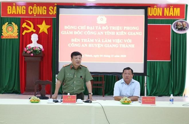 Giám đốc CA Kiên Giang thăm, tặng quà CBCS trực chốt phòng, chống dịch COVID-19