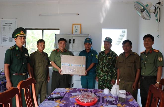 Giám đốc CA Kiên Giang thăm, tặng quà CBCS trực chốt phòng, chống dịch COVID-19 - Ảnh minh hoạ 4