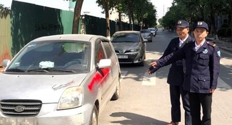 Nhóm bảo vệ chung cư xịt sơn lên ô tô đỗ đỗ trên đường