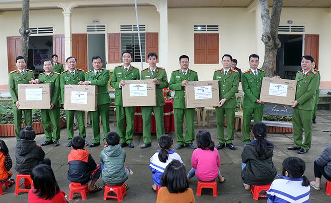Học viện CSND tặng quà cho học sinh và CBCS Công an huyện Thanh Chương - Ảnh minh hoạ 4