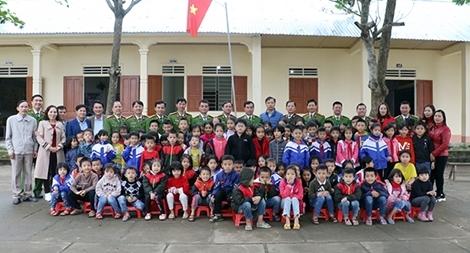 Học viện CSND tặng quà cho học sinh và CBCS Công an huyện Thanh Chương