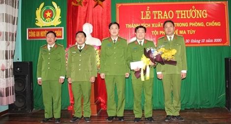 Khen thưởng Công an huyện Mai Châu bắt vụ vận chuyển 9 bánh heroin