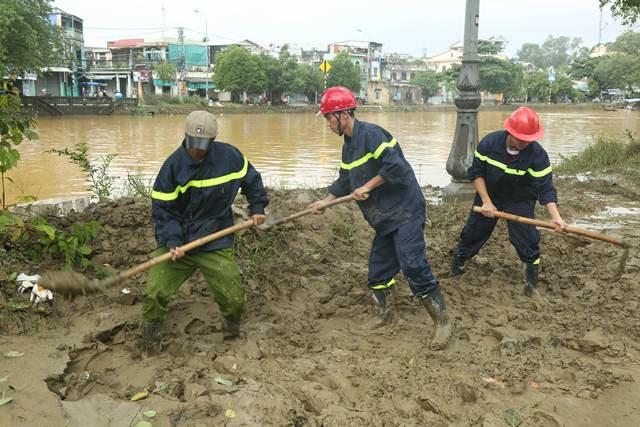 Tăng cường giúp dân làm sạch môi trường sau lũ1 - Ảnh minh hoạ 8
