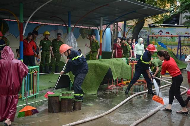 Tăng cường giúp dân làm sạch môi trường sau lũ1 - Ảnh minh hoạ 7