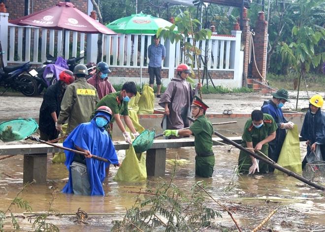 Tăng cường giúp dân làm sạch môi trường sau lũ1