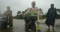 Công an ngâm mình trong nước giúp dân vượt qua vùng lũ