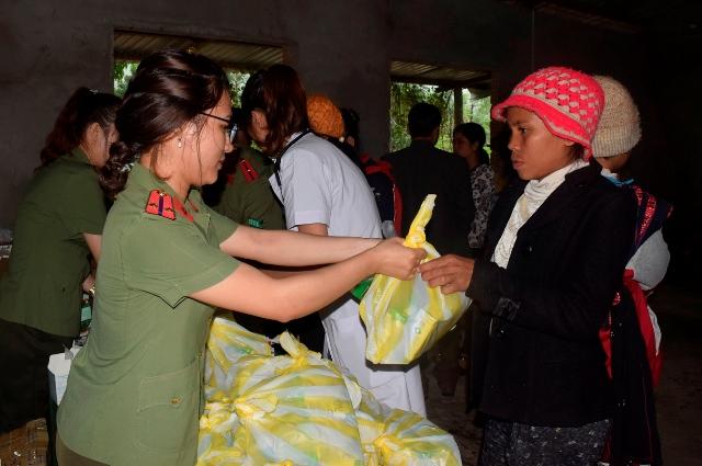 Bệnh viện 199 khám bệnh, cấp thuốc và tặng quà dân nghèo ở Huế - Ảnh minh hoạ 2