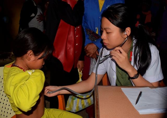 Bệnh viện 199 khám bệnh, cấp thuốc và tặng quà dân nghèo ở Huế