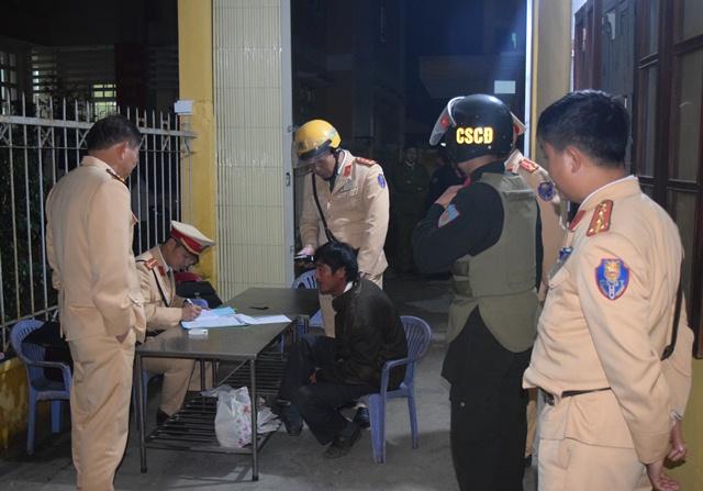 Tổ công tác đặc biệtCông an tỉnh Thừa Thiên Huế xử lý những trường hợp vi phạm Luật giao thông đường bộ dịp giáp Tết Mậu Tuất.