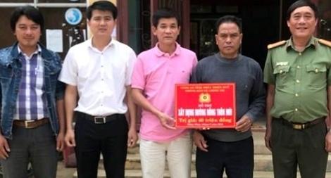 Công an Thừa Thiên- Huế hỗ trợ 40 triệu đồng giúp xã miền núi xây dựng đường nông thôn