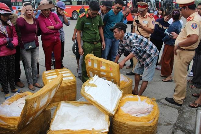 5 thùng xốp chứa thịt heo sữa cấp đông không rõ nguồn gốc bị CSGT Công an tỉnh Thừa Thiên- Huế bắt giữ.