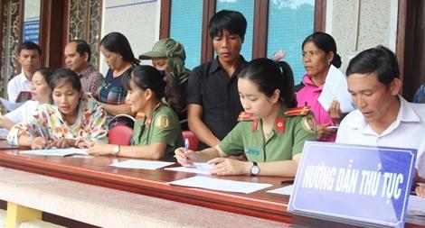 Công an tỉnh Thừa Thiên - Huế lên vùng cao giúp người dân giải quyết thủ tục hành chính