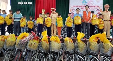 Hội Phụ nữ Công an tỉnh Thừa Thiên - Huế tặng quà cho học sinh nghèo hiếu học