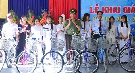Công an tỉnh Thừa Thiên – Huế trao tặng nhiều xe đạp cho học sinh miền núi