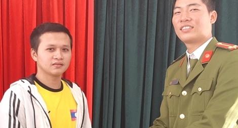 Công an TP Huế trao trả tài sản đánh rơi cho sinh viên Lào