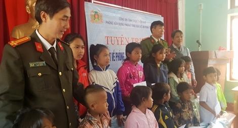Công an tỉnh Thừa Thiên – Huế trao 100 suất quà Tết cho người nghèo