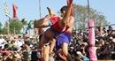 Du khách chen chân xem hội vật truyền thống làng Sình