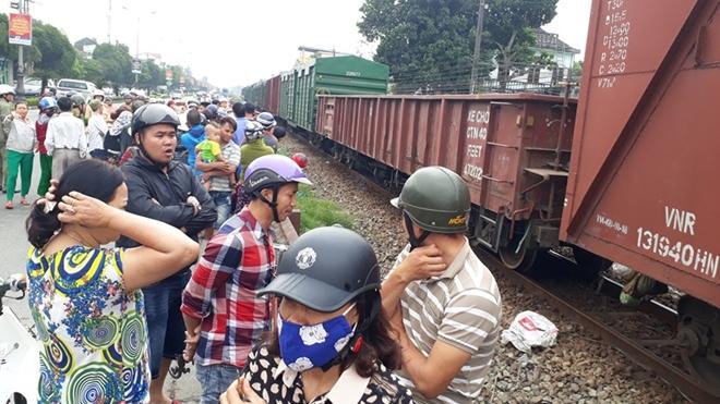 Người dân tập trung tại hiện trường chứng kiến vụ tai nạn.