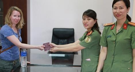 Trao trả hộ chiếu cho du khách nước ngoài bị đánh rơi