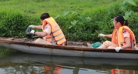 Đoàn Thanh niên Công an tỉnh Thừa Thiên- Huế vớt rác làm sạch sông Hương