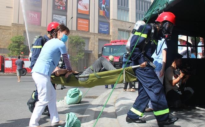 Hàng trăm CBCS tham gia diễn tập phương án chữa cháy và CNCH quy mô lớn - Ảnh minh hoạ 10