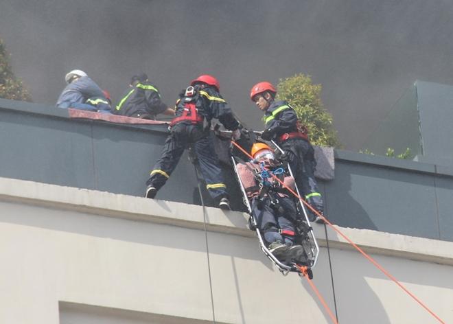Hàng trăm CBCS tham gia diễn tập phương án chữa cháy và CNCH quy mô lớn - Ảnh minh hoạ 5