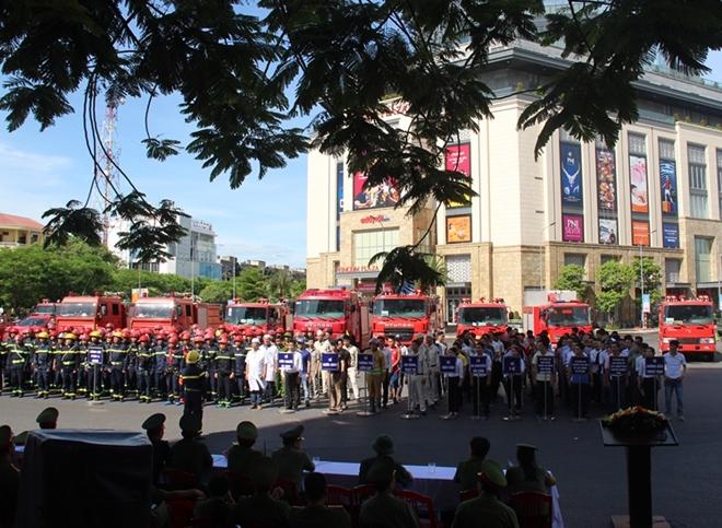 Hàng trăm CBCS tham gia diễn tập phương án chữa cháy và CNCH quy mô lớn - Ảnh minh hoạ 2