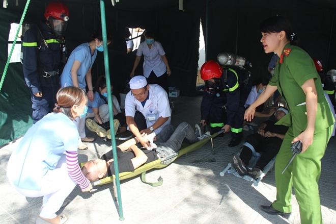 Hàng trăm CBCS tham gia diễn tập phương án chữa cháy và CNCH quy mô lớn - Ảnh minh hoạ 9