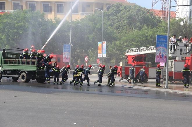 Hàng trăm CBCS tham gia diễn tập phương án chữa cháy và CNCH quy mô lớn - Ảnh minh hoạ 4