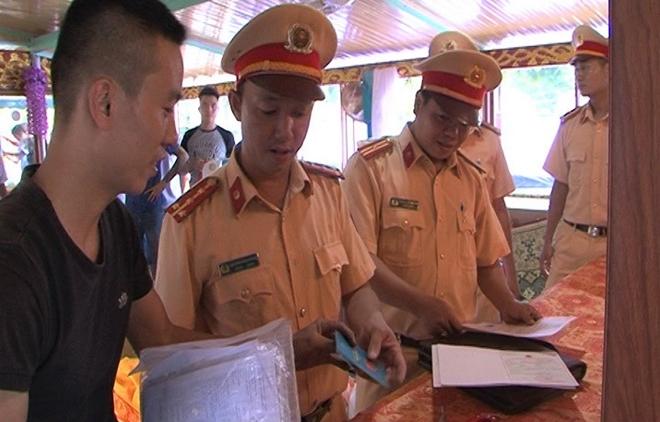 CSGT đường thủy đảm bảo an toàn lễ hội Điện Huệ Nam - Ảnh minh hoạ 2