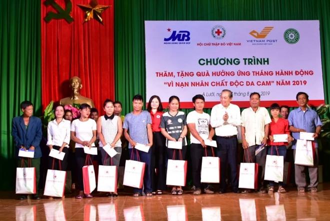 Phó Thủ tướng Thường trực Chính phủ tặng quà quà cho nạn nhân chất độc da cam