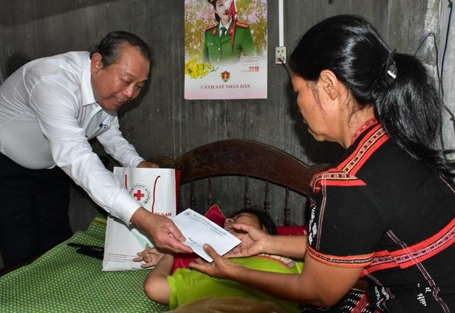 Phó Thủ tướng Thường trực Chính phủ tặng quà quà cho nạn nhân chất độc da cam - Ảnh minh hoạ 2