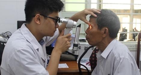 Bác sĩ Bệnh viện Mắt ở Hà Nội vào Huế khám, phẫu thuật miễn phí cho bệnh nhân