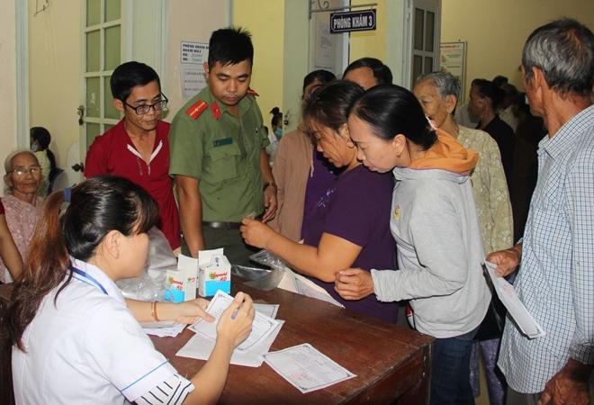 Bác sĩ BV Mắt ở Hà Nội vào Huế khám, phẫu thuật miễn phí cho bệnh nhân - Ảnh minh hoạ 11