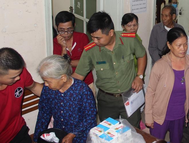 Bác sĩ BV Mắt ở Hà Nội vào Huế khám, phẫu thuật miễn phí cho bệnh nhân - Ảnh minh hoạ 12