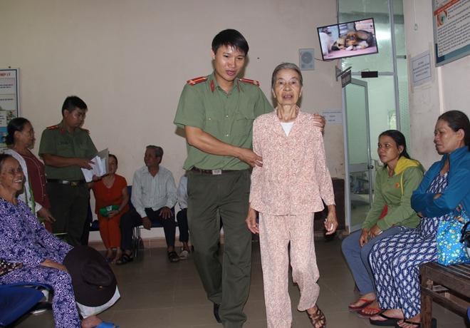 Bác sĩ BV Mắt ở Hà Nội vào Huế khám, phẫu thuật miễn phí cho bệnh nhân - Ảnh minh hoạ 3