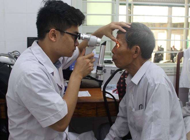 Bác sĩ BV Mắt ở Hà Nội vào Huế khám, phẫu thuật miễn phí cho bệnh nhân - Ảnh minh hoạ 6