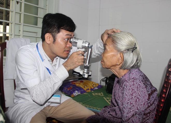 Bác sĩ BV Mắt ở Hà Nội vào Huế khám, phẫu thuật miễn phí cho bệnh nhân - Ảnh minh hoạ 5