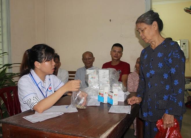 Bác sĩ BV Mắt ở Hà Nội vào Huế khám, phẫu thuật miễn phí cho bệnh nhân - Ảnh minh hoạ 10