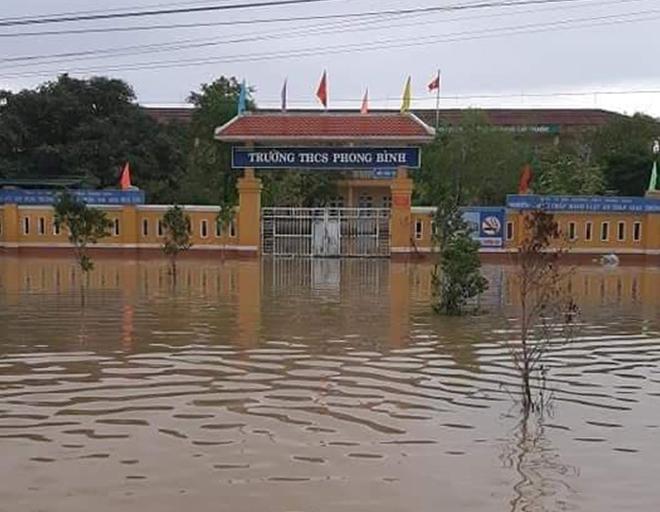 Ngâm mình trong nước, giúp dân thoát khỏi vùng ngập lụt - Ảnh minh hoạ 8