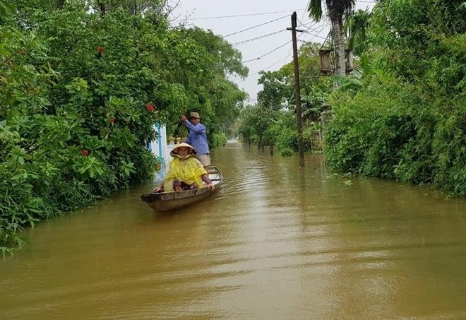 Ngâm mình trong nước, giúp dân thoát khỏi vùng ngập lụt - Ảnh minh hoạ 4