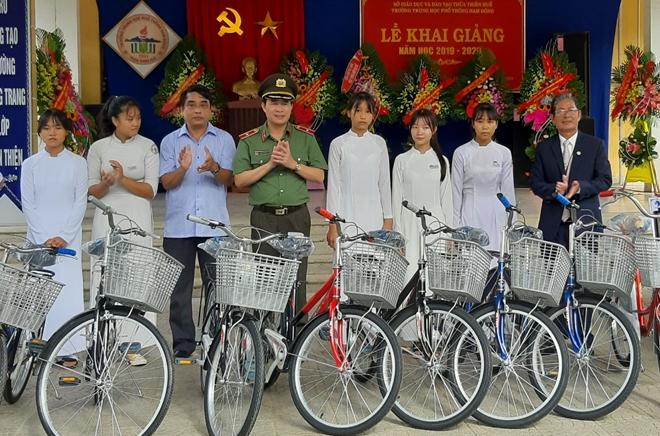 Trao tặng xe đạp, chăn bông cho học sinh nghèo hiếu học ở miền núi