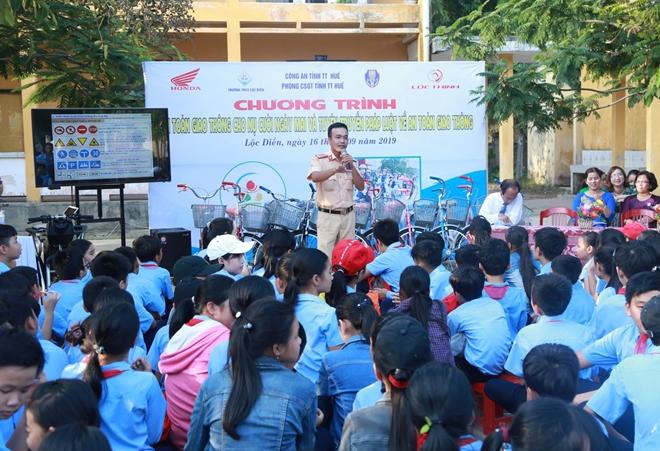 Công an tỉnh Thừa Thiên Huế tặng xe đạp cho học sinh nghèo - Ảnh minh hoạ 2