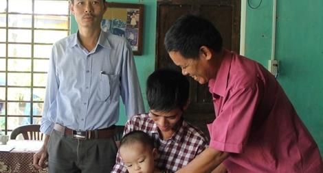 Báo CAND trao 50 triệu đồng cho người cha cầm cự mạng sống chờ hiến thận cho con trai