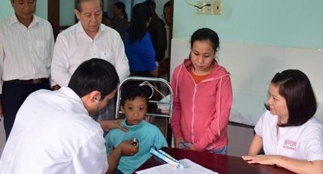 Khám bệnh, cấp phát thuốc miễn phí cho người dân vùng cao A Lưới