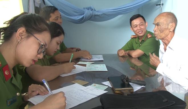 Đến tận nhà giúp người dân làm thủ tục cấp, đổi giấy CMND