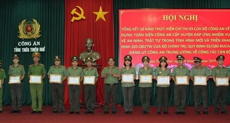 Công an tỉnh Thừa Thiên Huế: Khen thưởng nhiều cá nhân, tập thể xuất sắc