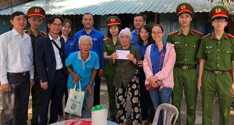 Công an tỉnh Thừa Thiên Huế trao nhiều suất quà Tết cho người nghèo