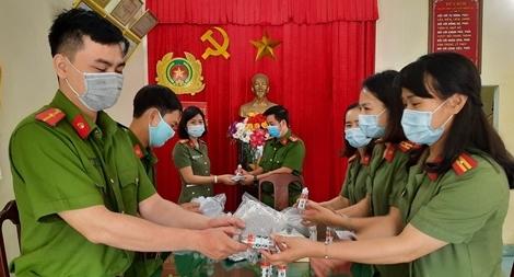 Tiếp sức đồng đội làm nhiệm vụ phòng chống dịch COVID-19