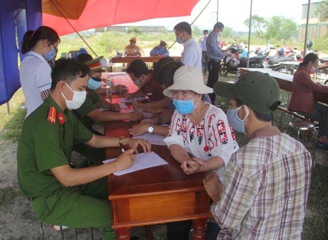 Tận tình giúp người dân kiểm tra y tế - Ảnh minh hoạ 5